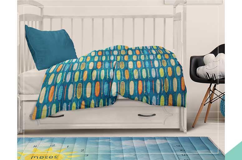 O tapete de mesversário e atividades da Alce serve também como cobre leito para berço e/ou minicama. Ele fica lindo no quartinho. Para complementar a decoração do ambiente com um toque de design.